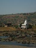 Templo blanco en aldea india Foto de archivo
