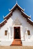 Templo blanco en el cielo azul imagenes de archivo