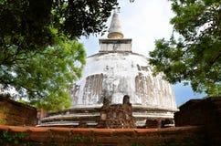 Templo blanco en la ciudad antigua Polonnaruwa, Srí Lanka foto de archivo libre de regalías