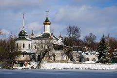 Templo Blessed Xenia de Peterburg no rio sul do erro no inverno imagem de stock