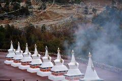 Templo branco das montanhas da neve do karpo de Kawa cobertas pela nuvem Imagem de Stock