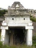 Templo branco pequeno antigo da caverna da cor na montanha Fotos de Stock