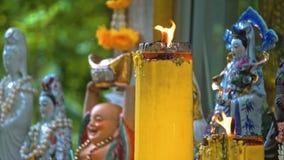 Templo buddha sob as árvores Budismo em Ásia Velas e flores lugar da adoração religiosa dos crentes video estoque