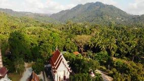 Templo budista clásico entre el bosque desde arriba del monasterio budista clásico de la opinión del abejón entre los árboles ver almacen de metraje de vídeo