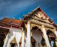 Templo budista com céu azul imagens de stock