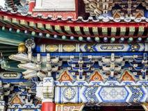 Templo budista con los detalles decorativos coloridos en la cima de la montaña de Tianmen, provincia de Hunán, Zhangjiajie, China fotografía de archivo