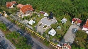 Templo budista con meditar al monje negro Statue Provincia de Phang Nga, Tailandia Opinión aérea de HD metrajes