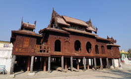 Templo budista de madeira em Shan State, Myanmar foto de stock