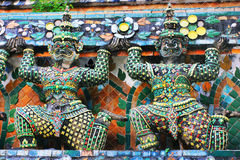 Templo budista de Wat Arun em Banguecoque, Tailândia - detalhes Fotos de Stock Royalty Free