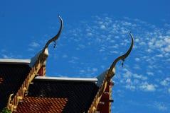 Templo budista del tejado en el cielo y la nube de Tailandia Foto de archivo