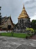 Templo budista em Tailândia, piramid dourado imagem de stock