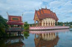 Templo budista en el lago imagen de archivo