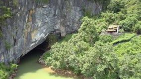 Templo budista en la montaña en la entrada a la antena vieja de la cueva almacen de metraje de vídeo