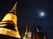 Templo budista en la noche de la Luna Llena Fotos de archivo libres de regalías