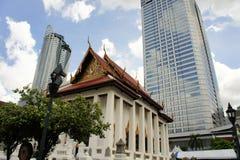 Templo budista na frente dos arranha-céus, Banguecoque imagens de stock royalty free