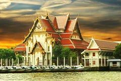 Templo budista no rio fotografia de stock