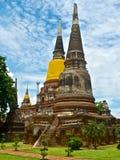 Templo budista Phra Chedi Chaimongkol en el parque histórico de Ayutthaya Foto de archivo libre de regalías