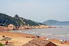Templo budista que eleva-se acima da praia na ilha de Putuo, China Foto de Stock