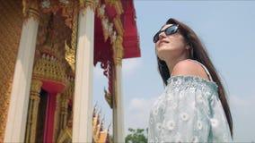 Templo budista sightseeing do touirist da jovem mulher video estoque