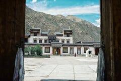 templo budista tibetano dentro das portas do monastério foto de stock