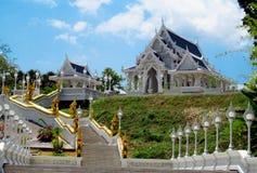 Templo budista Wat Kaew Korawaram en la ciudad Tailandia de Krabi fotografía de archivo