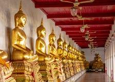 Templo budista, Wat Mahathat Yuwaratrangsarit em Banguecoque fotografia de stock