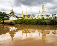 Templo budistaen la orilla del lago Inle Arkivbilder