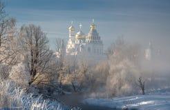 Templo, catedral, cruz, ortodoxia, iconos, bóveda, invierno, nieve imágenes de archivo libres de regalías