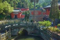 Templo chino antiguo del kungfu en la montaña Wudang imágenes de archivo libres de regalías