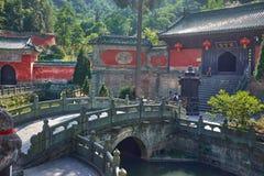 Templo chino antiguo del kungfu en la montaña Wudang imagenes de archivo
