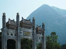 Templo chino con el fondo de la montaña Fotos de archivo libres de regalías
