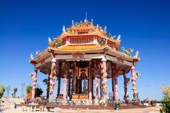 Templo chino con la estatua del dragón Fotografía de archivo libre de regalías
