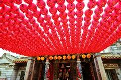 Templo chino con las porciones de linternas rojas en Gaoxiong, Taiwán Imagen de archivo libre de regalías