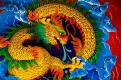 Templo chino con un dragón Imagenes de archivo