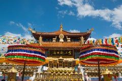 Templo chino en China con las banderas coloridas Foto de archivo libre de regalías