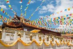 Templo chino en China con las banderas coloridas Fotografía de archivo