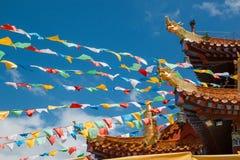 Templo chino en China con las banderas coloridas Fotos de archivo