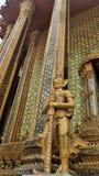 Templo com srt de vidro clássico da decoração e gigante dourado de Yaksa em guardar o templo real imagem de stock royalty free