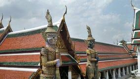 Templo com srt de vidro clássico da decoração e gigante dourado de Yaksa em guardar o templo real, Banguecoque, Tailândia fotografia de stock royalty free