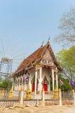 Templo con el árbol bajo luz del sol Fotografía de archivo