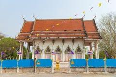 Templo con el árbol bajo luz del sol Fotos de archivo libres de regalías