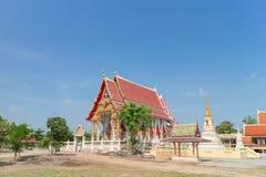 Templo con el árbol bajo luz del sol Foto de archivo libre de regalías