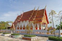 Templo con el árbol y cielo bajo luz del sol Imagen de archivo libre de regalías
