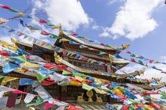 Templo con las banderas del rezo, Zhongdian, Yunnan Foto de archivo