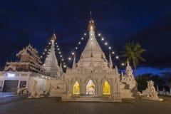 Templo crepuscular de Wat Phra That Doi Kong MU del cielo en Mae Hong Son Imagen de archivo