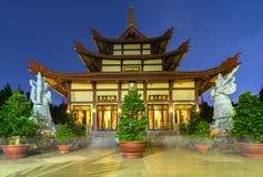 Templo da arquitetura na noite em que as luzes cintilaram como a beleza espiritual glorificada Fotos de Stock Royalty Free