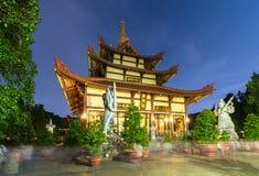 Templo da arquitetura na noite em que as luzes cintilaram como a beleza espiritual glorificada Imagens de Stock