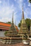 Templo da Buda de reclinação em Banguecoque: stupas imagem de stock