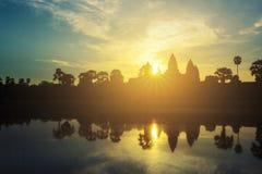 Templo de Angkor Wat en el resplandor solar dramático de la salida del sol Fotografía de archivo