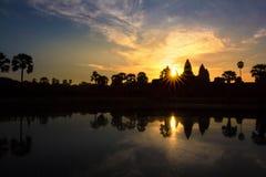 Templo de Angkor Wat en el resplandor solar dramático de la salida del sol Imagen de archivo libre de regalías
